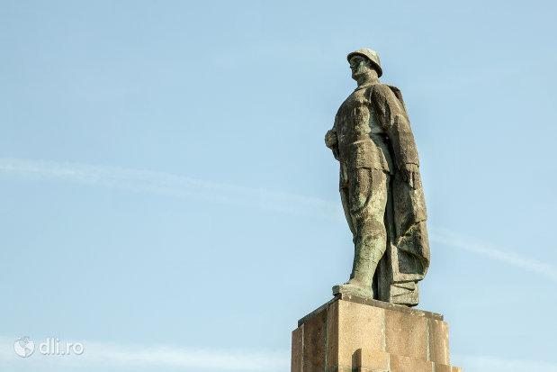imagine-cu-monumentul-ostasului-roman-din-oradea-judetul-bihor.jpg