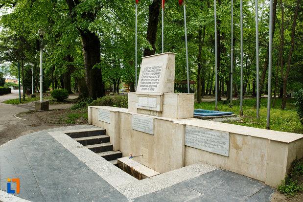 imagine-cu-monumentul-revolutiei-de-la-1848-din-ramnicu-valcea-judetul-valcea.jpg