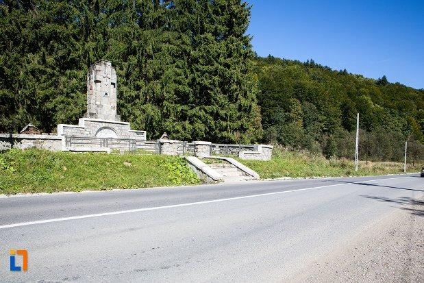 imagine-cu-monumentul-si-cimitirul-eroilor-din-primul-razboi-mondial-din-predeal-judetul-brasov-2.jpg