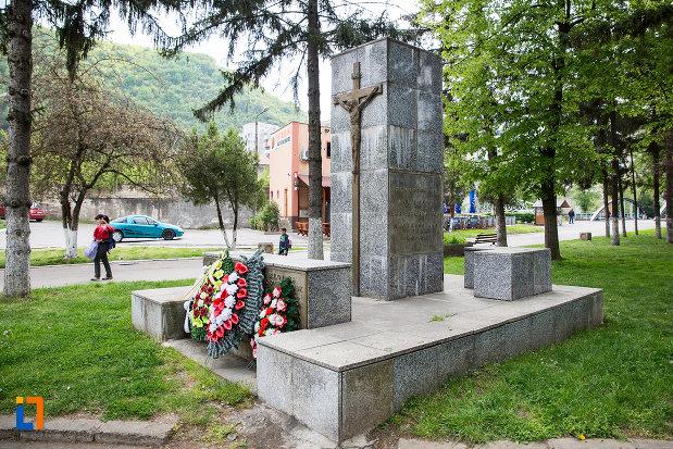 imagine-cu-monumentul-victimelor-deportarii-in-rusia-din-resita-judetul-caras-severin.jpg