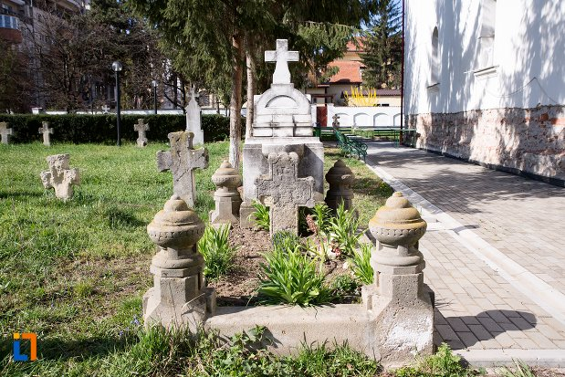 imagine-cu-mormant-din-cimitirul-bisericii-grecesti-bunavestire-din-alba-iulia-judetul-alba.jpg