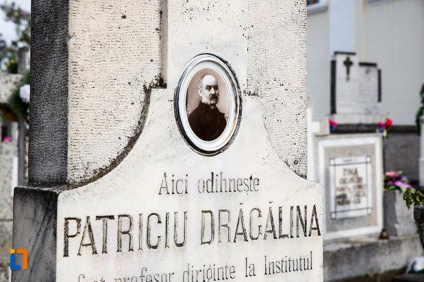imagine-cu-mormantul-istoricului-patriciu-dragalina-din-caransebes-judetul-caras-severin.jpg