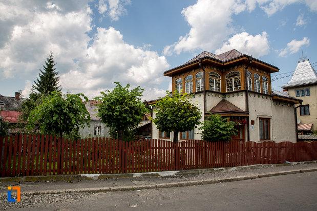 imagine-cu-muzeul-lingurilor-ion-tugui-din-campulung-moldovenesc-judetul-suceava.jpg