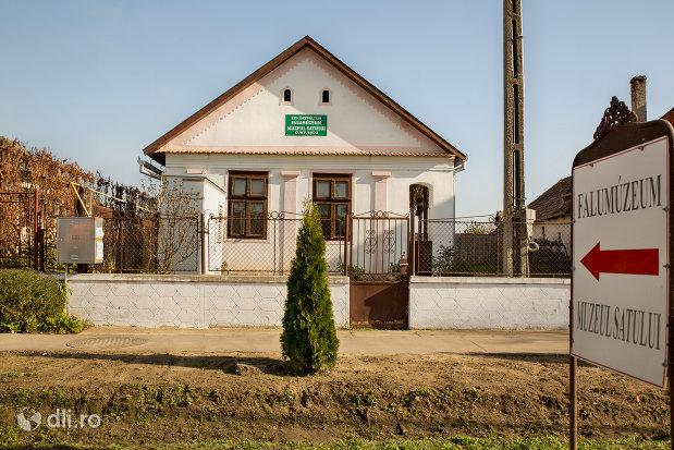 imagine-cu-muzeul-satului-din-curtuiseni-judetul-bihor.jpg
