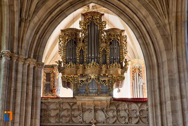 imagine-cu-orga-din-biserica-sfantul-mihail-din-cluj-napoca-judetul-cluj.jpg