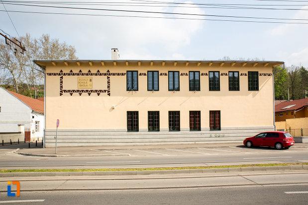 imagine-cu-scoala-de-beton-azi-scoala-cu-clasele-i-viii-nr-1-din-resita-judetul-caras-severin.jpg