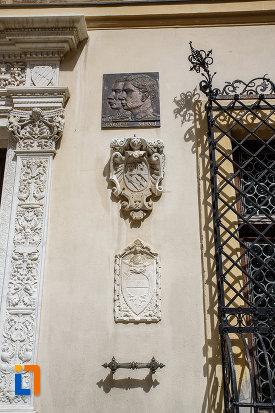 imagine-cu-simbolurile-de-la-castelul-peles-din-sinaia-judetul-prahova.jpg