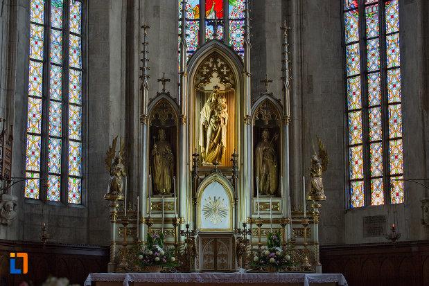 imagine-cu-statui-din-biserica-sfantul-mihail-din-cluj-napoca-judetul-cluj.jpg