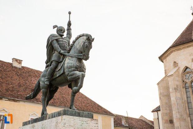 imagine-cu-statuia-ecvestra-a-lui-mihai-viteazul-din-alba-iulia-judetul-alba.jpg