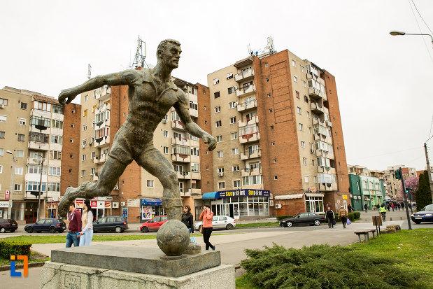 imagine-cu-statuia-fotbalistului-din-arad-judetul-arad.jpg