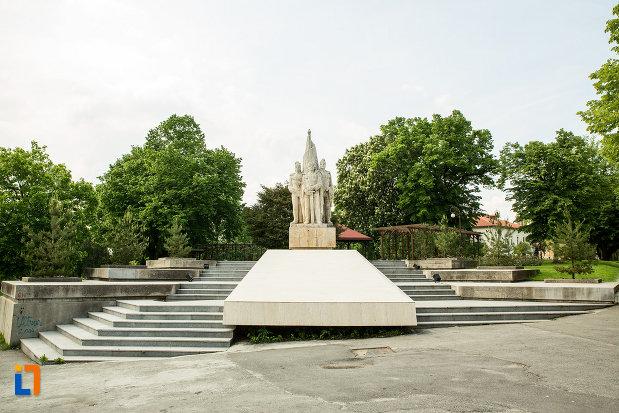 imagine-cu-statuia-fratilor-buzesti-din-craiova-judetul-dolj-2.jpg