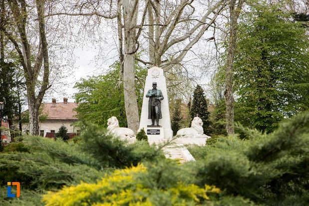 imagine-cu-statuia-generalului-ion-dragalina-din-caransebes-judetul-cara-severin.jpg
