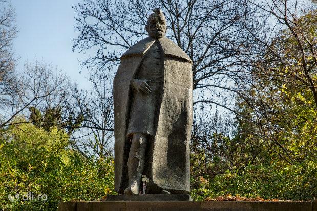 imagine-cu-statuia-lui-bethlen-gabor-din-oradea-judetul-bihor.jpg