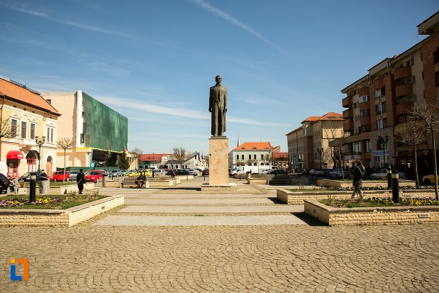 imagine-cu-statuia-lui-iuliu-maniu-din-alba-iulia-judetul-alba.jpg