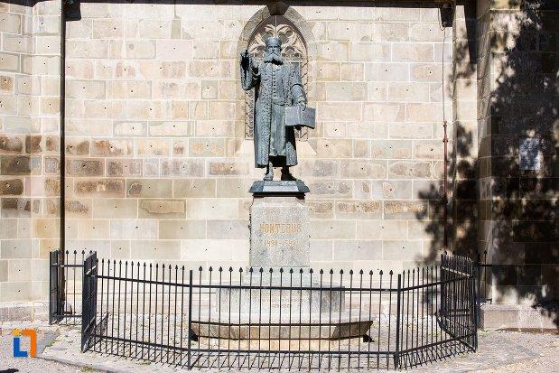 imagine-cu-statuia-lui-johannes-honterus-din-brasov-judetul-brasov.jpg