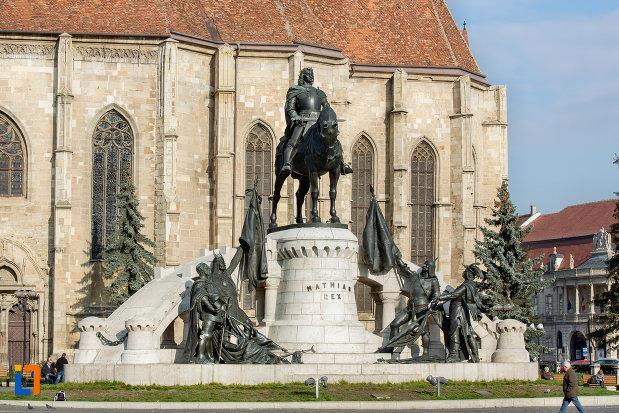 imagine-cu-statuia-lui-matei-corvin-din-cluj-napoca-judetul-cluj.jpg