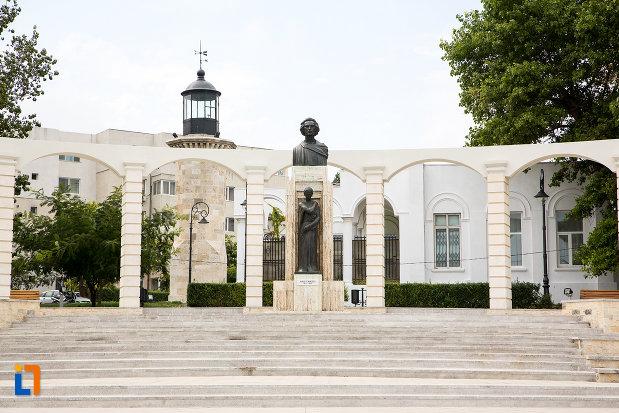 imagine-cu-statuia-lui-mihai-eminescu-din-constanta-judetul-constanta.jpg