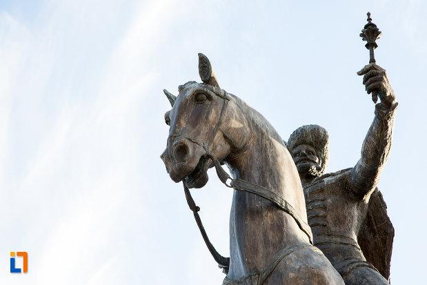 imagine-cu-statuia-lui-mihai-viteazul-din-targoviste-judetul-dambovita.jpg