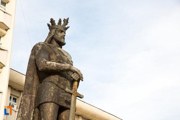 imagine-cu-statuia-lui-mircea-cel-batran-din-targoviste-judetul-dambovita-2.jpg