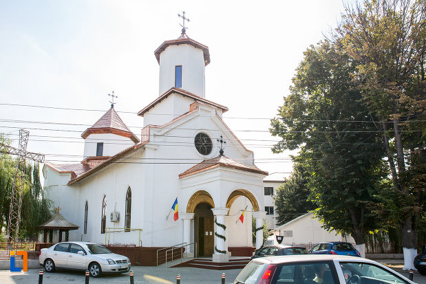 imagine-cu-statuia-lui-nicolae-balcescu-din-pitesti-judetul-arges-cu-biserica-sf-constantin-si-elena-volna-1865-din-calarasi.jpg