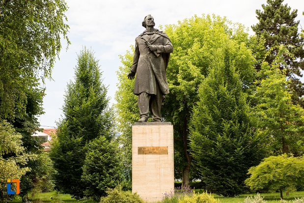 imagine-cu-statuia-lui-nicolae-balcescu-din-pitesti-judetul-arges.jpg