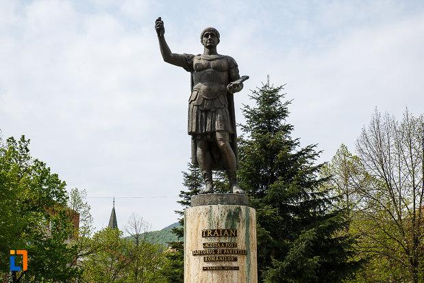 imagine-cu-statuia-lui-traian-din-deva-judetul-hunedoara.jpg