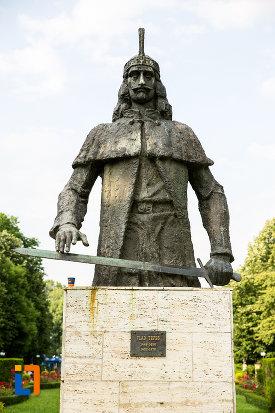 imagine-cu-statuia-lui-vlad-tepes-din-targoviste-judetul-dambovita.jpg