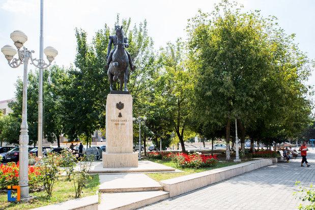 imagine-cu-statuia-regelui-carol-i-din-calarasi-judetul-calarasi.jpg