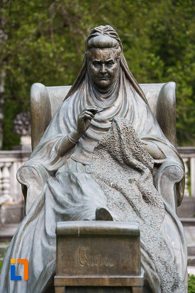 imagine-cu-statuia-reginei-elisabeta-carmen-silva-a-romaniei-din-sinaia-judetul-prahova.jpg