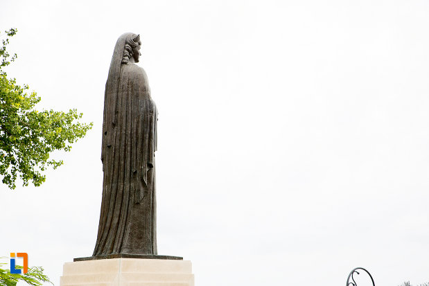imagine-cu-statuia-reginei-maria-din-constanta-judetul-constanta.jpg