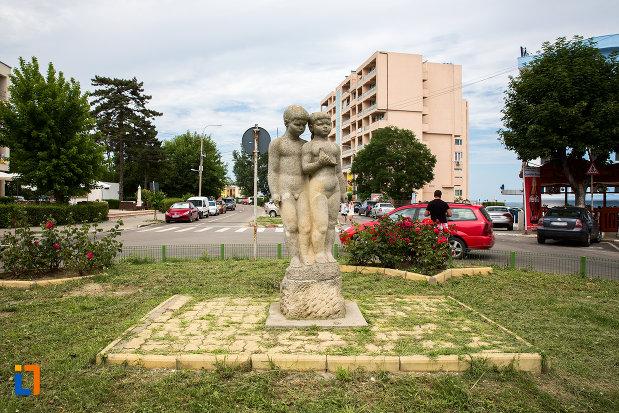 imagine-cu-statuia-rodul-maternitatea-din-eforie-nord-judetul-constanta.jpg