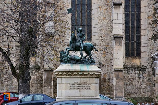 imagine-cu-statuia-sfantul-gheorghe-din-cluj-napoca-judetul-cluj.jpg