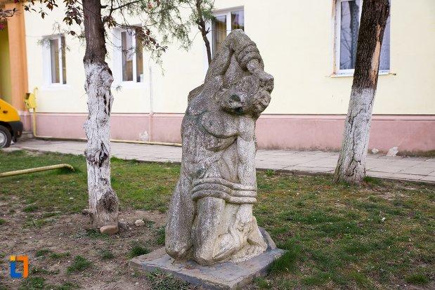 imagine-cu-statuie-leii-funerari-din-ocna-mures-judetul-alba.jpg