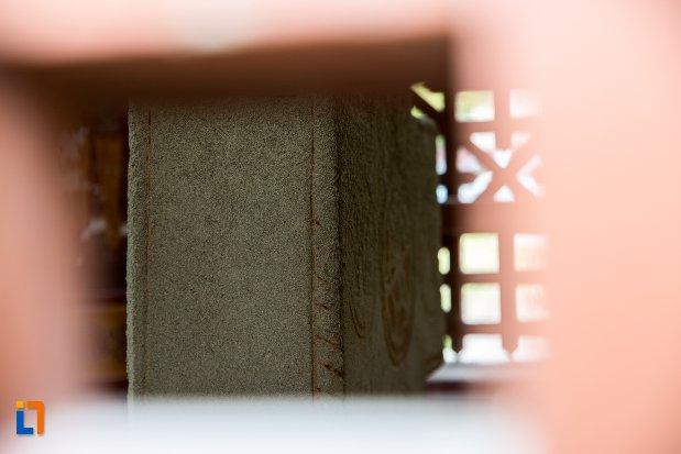 imagine-cu-troita-cu-cruce-de-piatra-pictata-din-sacele-judetul-brasov.jpg