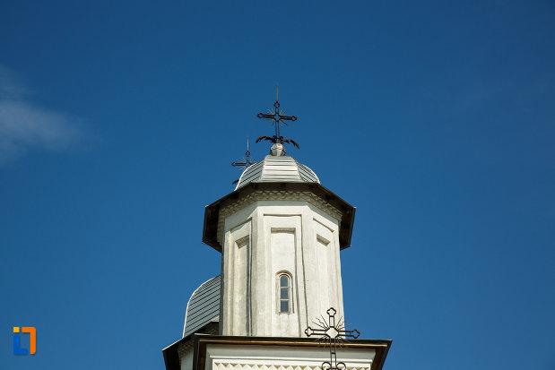 imagine-cu-turnul-de-la-ansamblul-bisericii-sf-cruce-din-odobesti-judetul-vrancea.jpg