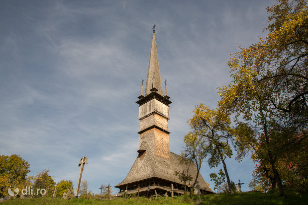 imagine-de-ansamblu-cu-biserica-de-lemn-sfintii-arhangheli-mihail-si-gavril-din-surdesti-judetul-maramures.jpg