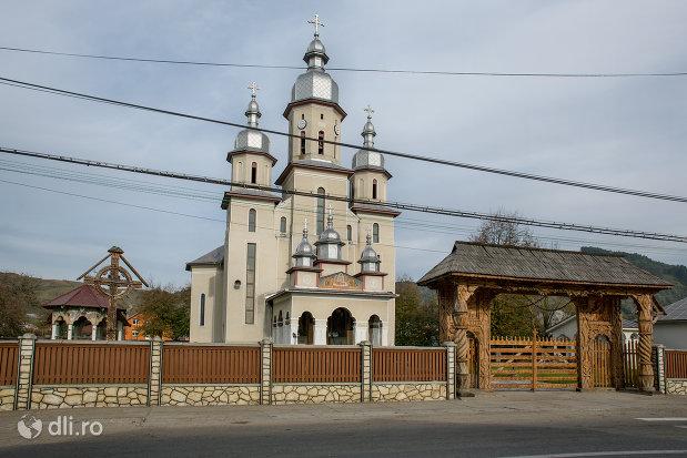 imagine-de-ansamblu-cu-biserica-noua-din-rozavlea-judetul-maramures.jpg