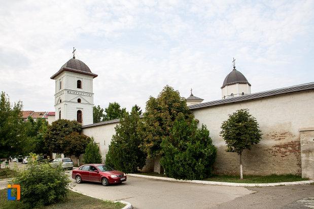 imagine-de-ansamblu-cu-biserica-si-manastirea-sf-voievozi-din-slobozia-judetul-ialomita.jpg