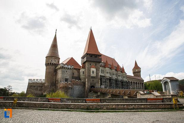 imagine-de-ansamblu-cu-castelul-corvinilor-azi-muzeu-din-hunedoara-judetul-hunedoara.jpg