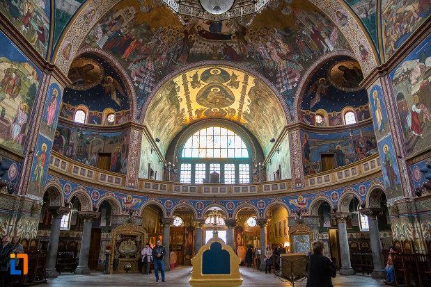 imagine-de-ansamblu-cu-interiorul-de-la-catedrala-mitropolitana-sf-treime-din-sibiu-judetul-sibiu.jpg