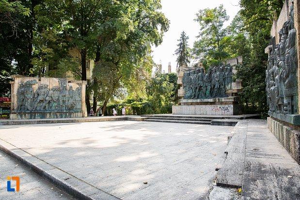 imagine-de-ansamblu-cu-monument-comemorativ-al-rascoalei-din-1907-din-botosani-judetul-botosani.jpg