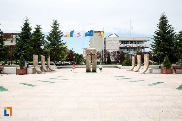 imagine-de-ansamblu-cu-monumentul-eroilor-din-mioveni-judetul-arges.jpg