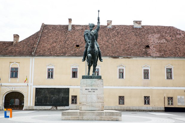 imagine-de-ansamblu-cu-statuia-ecvestra-a-lui-mihai-viteazul-din-alba-iulia-judetul-alba.jpg