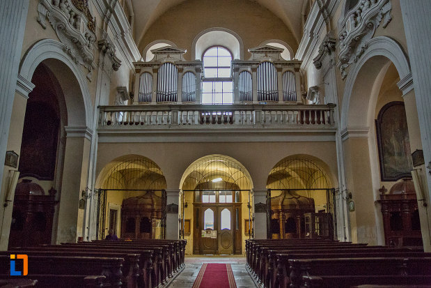 imagine-de-interior-cu-biserica-romana-catolica-sfanta-treime-din-cluj-napoca-judetul-cluj.jpg