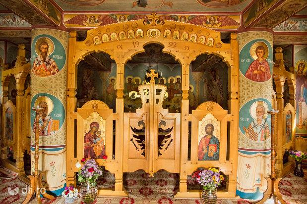 imagine-de-interior-manastirea-barsana-judetul-maramures.jpg