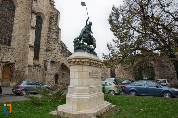 imagine-de-la-distanta-cu-statuia-sfantul-gheorghe-din-cluj-napoca-judetul-cluj.jpg
