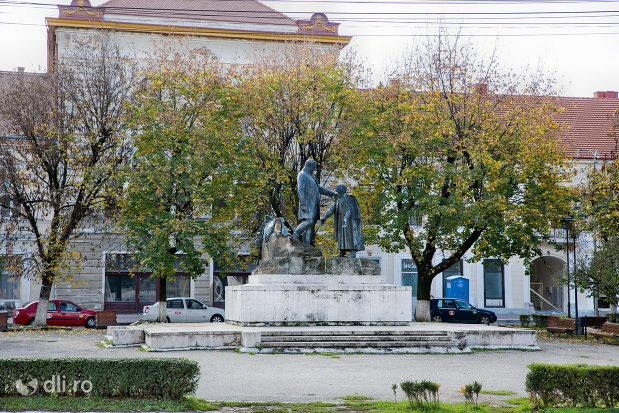 imagine-de-la-distanta-cu-statuia-wesselenyi-din-zalau-judetul-salaj.jpg