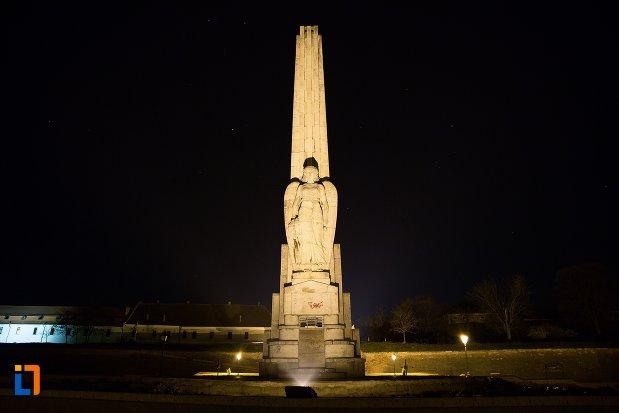 imagine-de-noapte-cu-obeliscul-lui-horea-closca-si-crisan-din-alba-iulia-judetul-alba.jpg