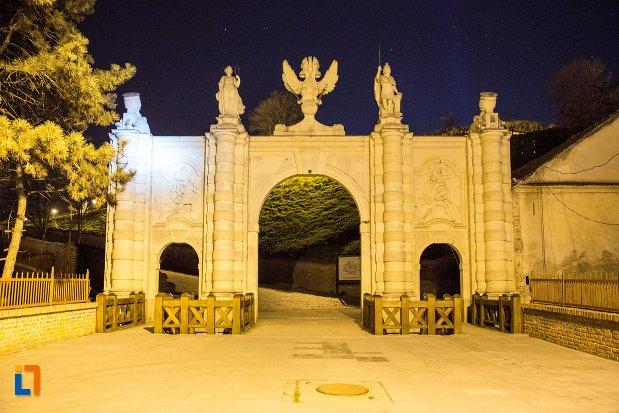 imagine-de-noapte-cu-poarta-a-i-a-a-cetatii-din-alba-iulia-judetul-alba.jpg