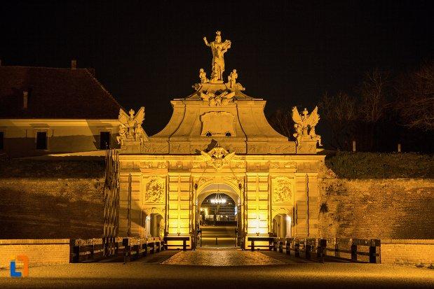 imagine-de-noapte-cu-poarta-a-iii-a-a-cetatii-din-alba-iulia-judetul-alba.jpg